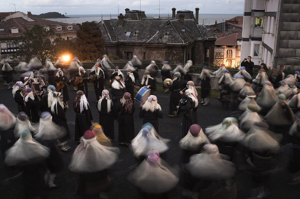 Mundaka (Bizkaia). On February 11, this Basque town otherwise known for its surf competition holds a carnival filled with tradition and myth. The men ('atorrak') and women ('lamiak') participate separately: the former go out in the morning wearing white, while the latter parade in the evening wearing black clothing and white wigs. Violins, guitars, accordions and tambourines are played; ditties are sung about the major events that took place in the village over the last year.