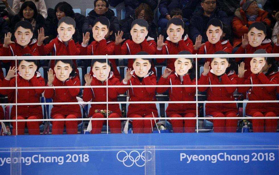 Animadoras de Corea del Norte durante el partido de hockey sobre hielo femenino entre los equipo de Suiza y Corea celebrado en el Centro de Hochey Kwandong, en Gangneung, el 10 de febrero de 2018.