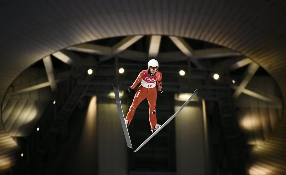 El estadounidense Casey Larson durante la prueba de salto de esquí en el centro de Centro de Biatlón Alpensia, el 10 de febrero de 2018.