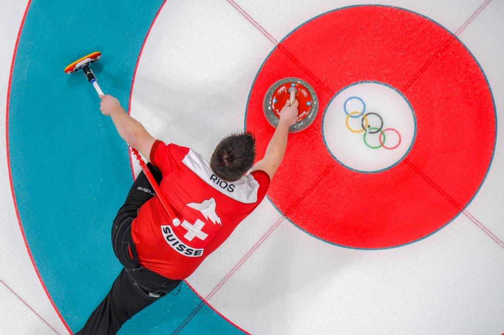 El suizo Martin Rios compita durante la prueba de curling mixta doble entre Suiza y Corea del Sur, el 10 de febrero de 2018.