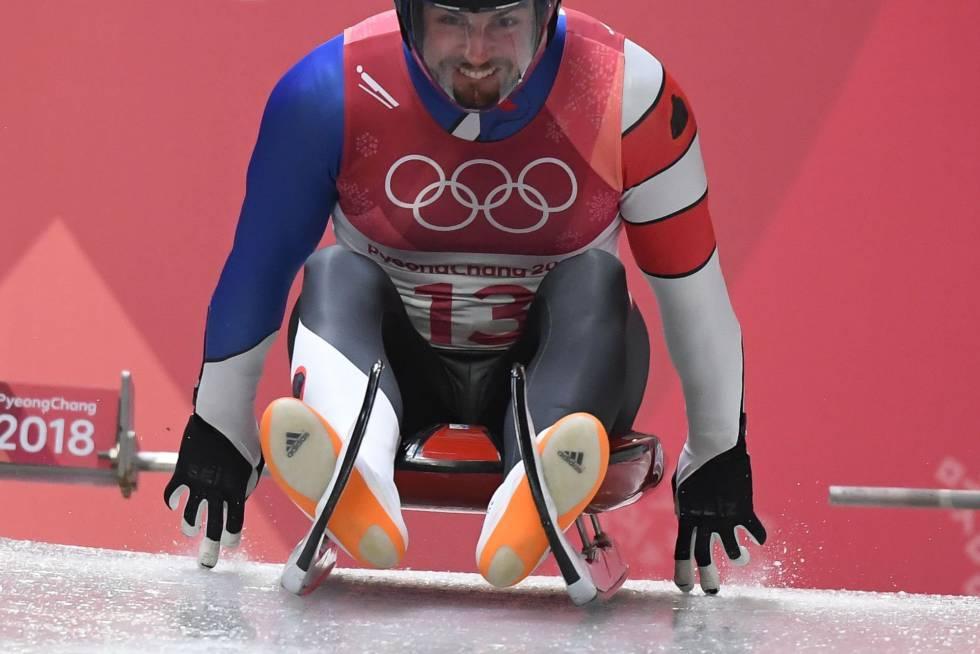 El estadounidense Chris Mazdzer compite en la prueba de luge, descenso en trineo, celebrado en el centro deslizante olímpico en Pyeongchang, el 10 de febrero de 2018.