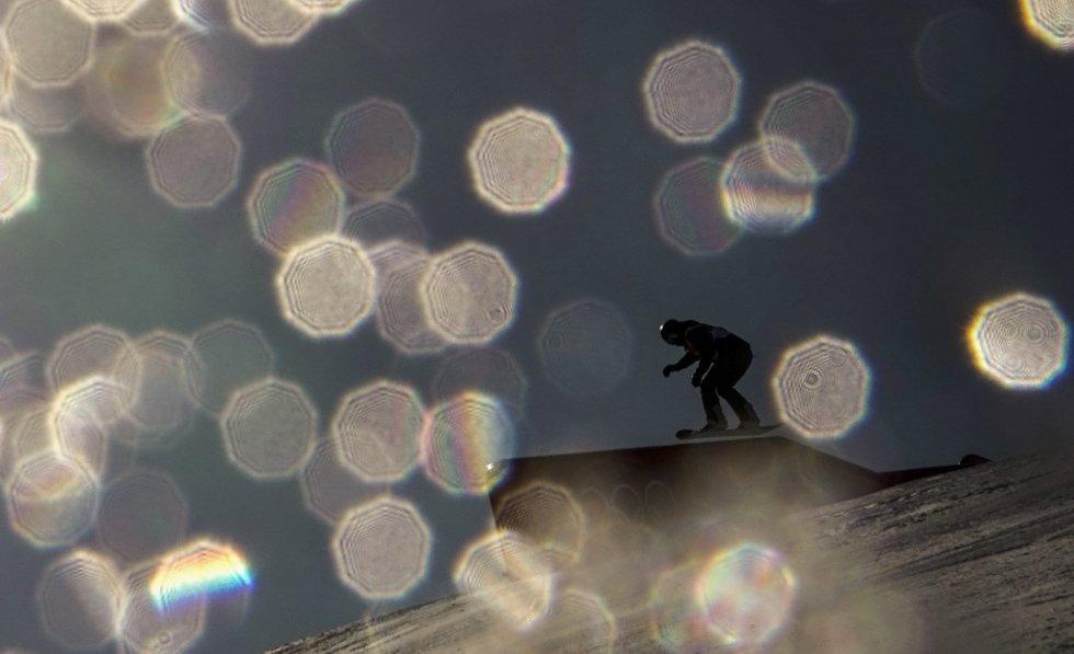 Uma atleta em ação durante o final feminina de snowboard slopestyle Final.