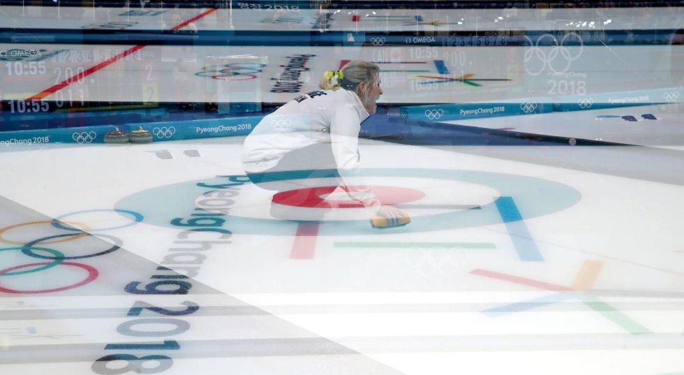 Múltipla exposição da norueguesa Kristin Skaslien durante a prova mista por casais de Curling.