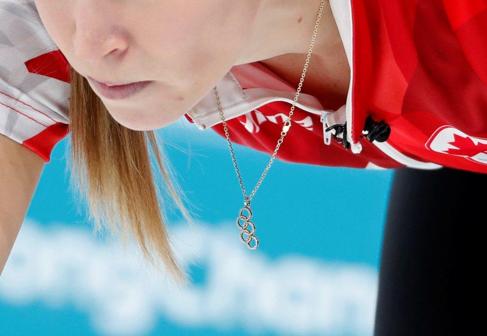 Cordão com os anéis olímpicos da canadense Kaitlyn Lawes durante a prova de curling contra a Noruega.