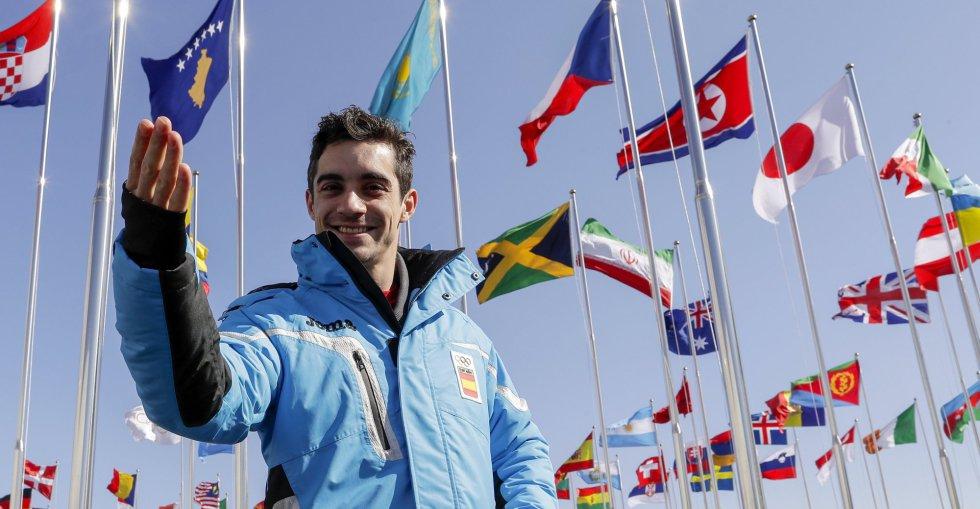 O espanhol Javier Fernández, duas vezes campeão mundial e seis vezes da Europa de patinação artística, posa para os fotógrafos na Vila Olímpica.