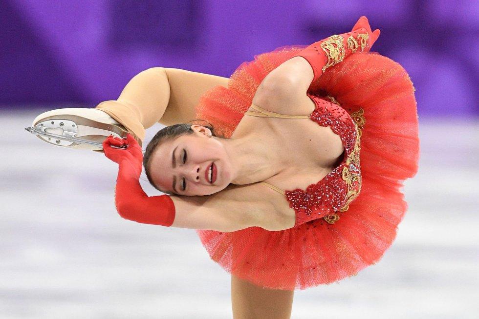 A patinadora russa Alina Zagitova durante seu exercício livre na competição de patinação artística por equipes, no Gangneung Ice Arena em Gangneung.
