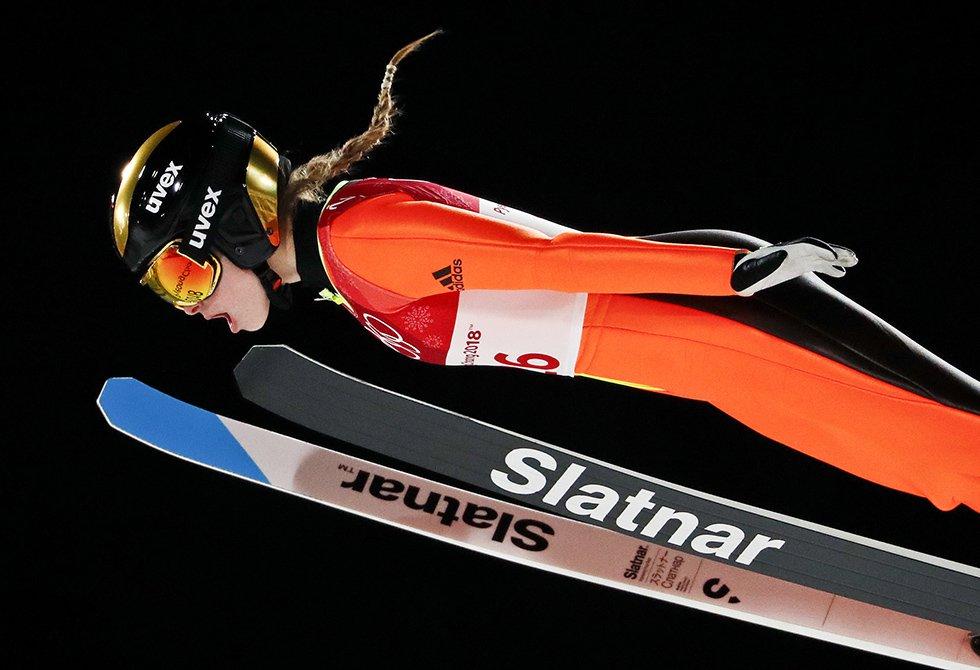 Nika Kriznar, da Eslovênia, durante a prova individual feminina de salto de esqui.