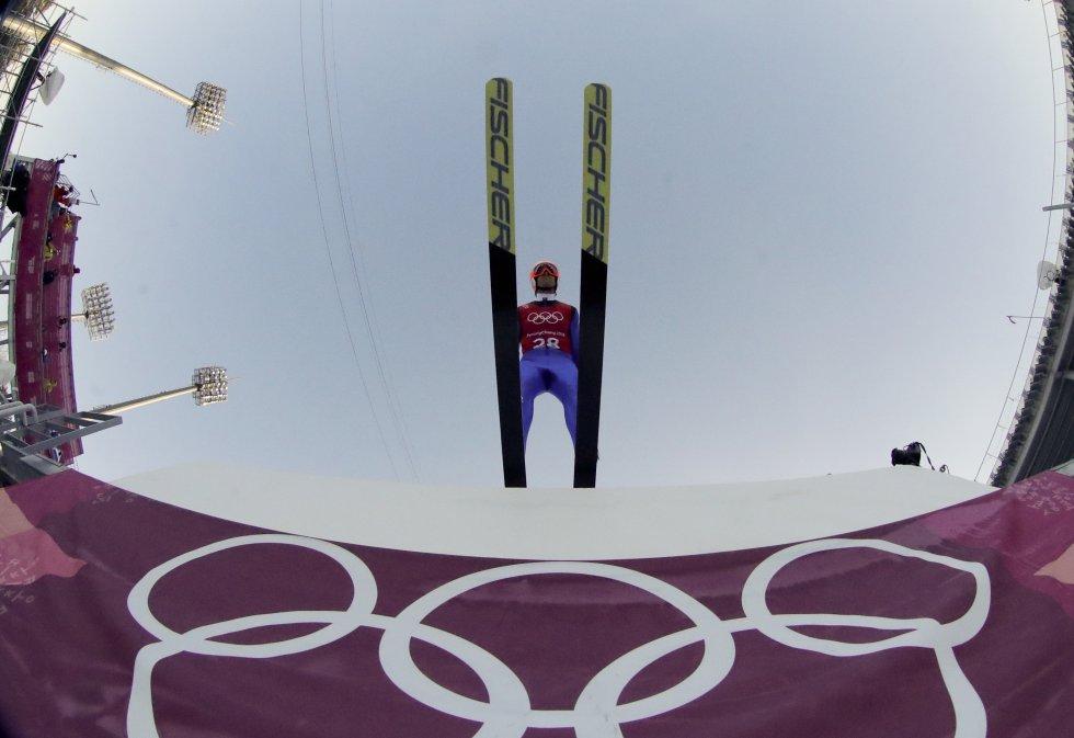 Tim Hug, de Suíça, durante um treinamento de salto.