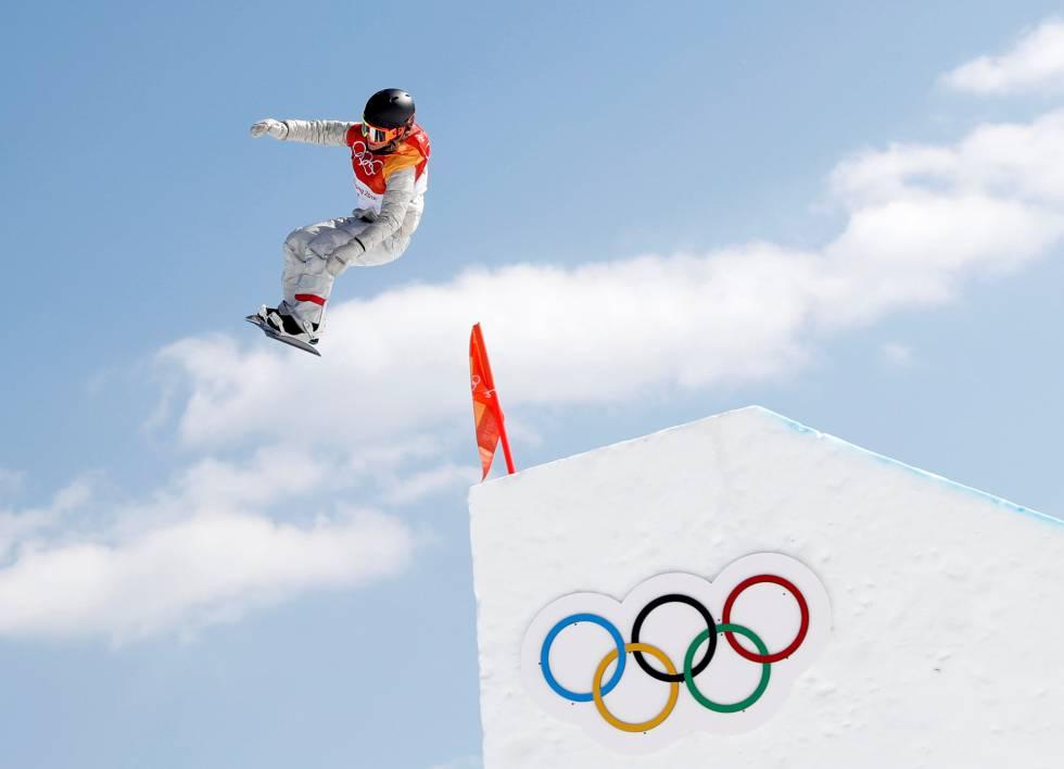 A esportista norte-americana Jamie Anderson realiza um salto na final de slopestyle feminino, disputado no Phoenix Snow Park.