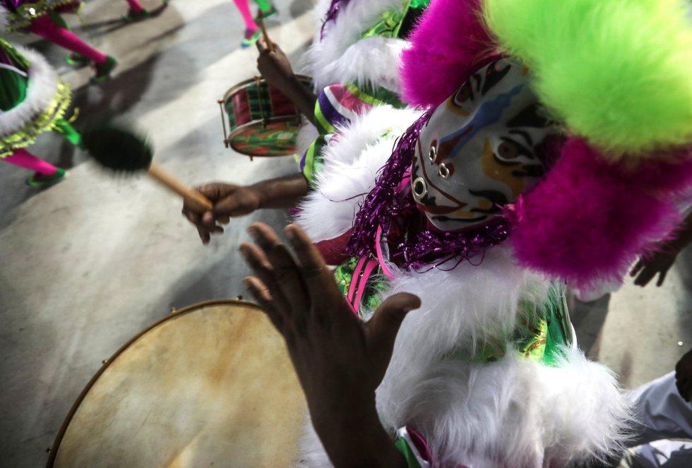 Integrantes de la escuela de samba del Grupo Especial Mangueira desfilan en el sambódromo de Marques de Sapucaí durante el carnaval en Río de Janeiro (Brasil), el 11 de febrero de 2018.
