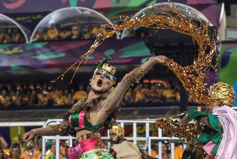 Uno de los integrantes de la escuela de samba del Grupo Especial Mangueira en el sambódromo de Marques de Sapucaí durante el carnaval en Río de Janeiro (Brasil), el 11 de febrero de 2018.