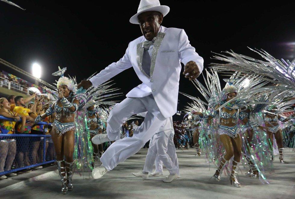 Imagen del desfile de la escuela de samba del Grupo Especial Vila Isabel en el sambódromo durante el carnaval en Río de Janeiro (Brasil), el 11 de febrero de 2018.
