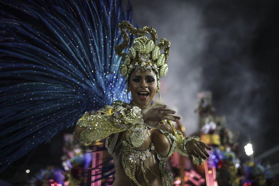 Una de las participantes en los desfiles en el sambódromo de Río de Janeiro (Brasil), de la escuela de samba del Grupo Especial Paraiso de Tuiuti, el 11 de febrero de 2018.