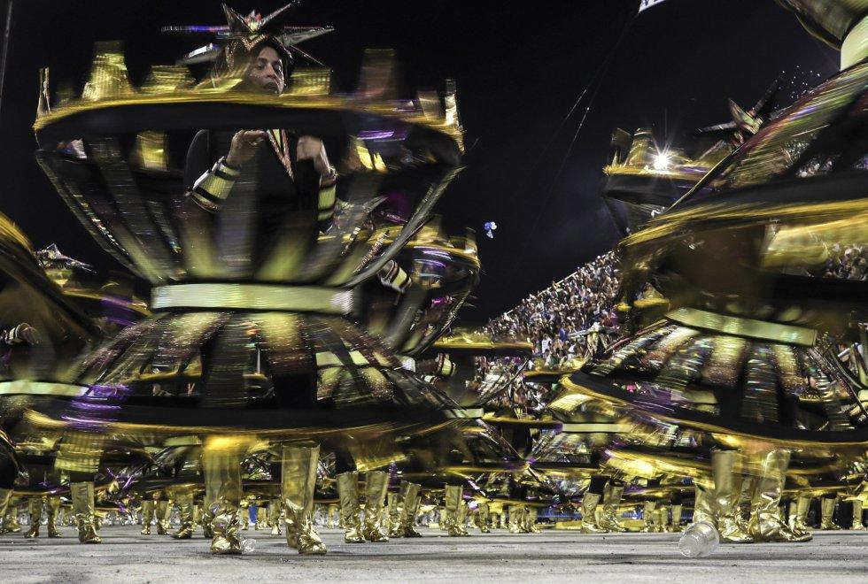 Integrantes de la escuela de samba del Grupo Especial Vila isabel en la celebración del carnaval en el sambódromo de Marques de Sapucaí en Río de Janeiro (Brasil), el 11 de febrero de 2018.rnrnrnrn