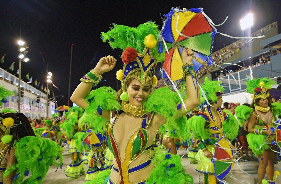 Una de las integrantes de la escuela de samba Grande Rio durante la primera noche del carnaval en el sambódromo de Río de Janeiro (Brasil), el 12 de febrero de 2018.