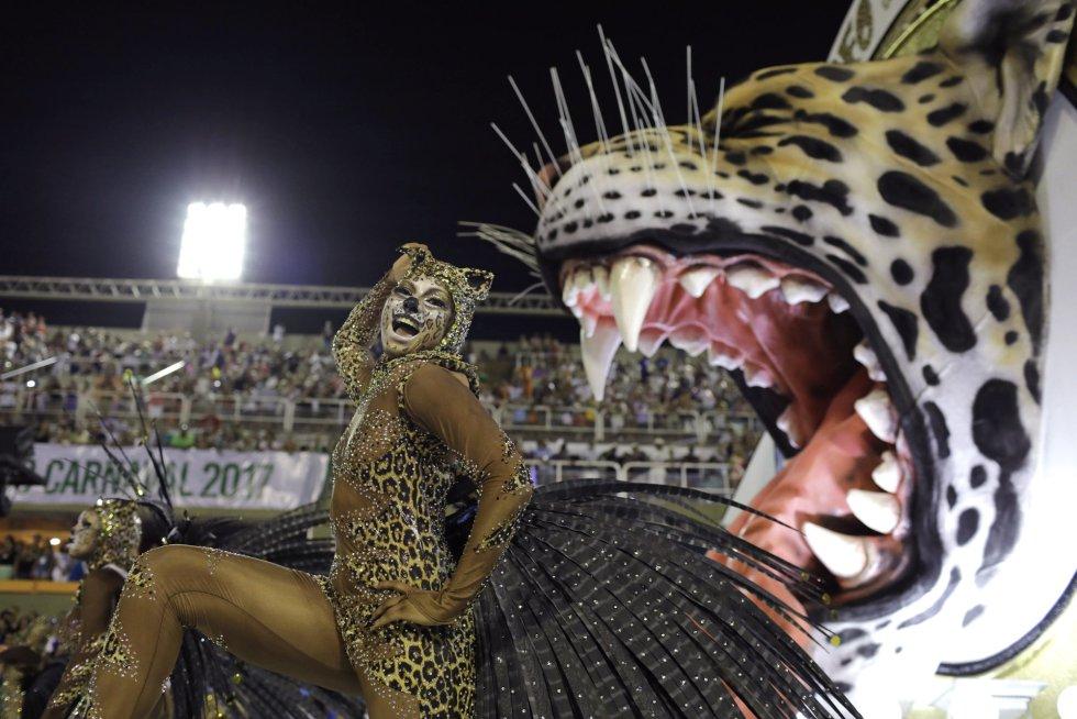 Una de las integrantes de la escuela de samba Mangueira en el carnaval de Río de Janeiro (Brasil) durante su desfile en el sambódromo, el 12 de febrero de 2018.