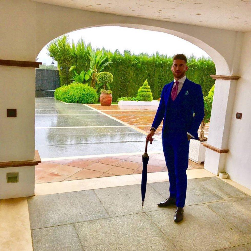 Conocidos son también los trajes elegidos por el jugador para las ocasiones especiales. En este caso, en esta instantánea publicada en Instagram el pasado 22 de octubre con motivo de la boda de unos amigos, Ramos luce un traje entallado color azul klein complementado con una corbata rosa.
