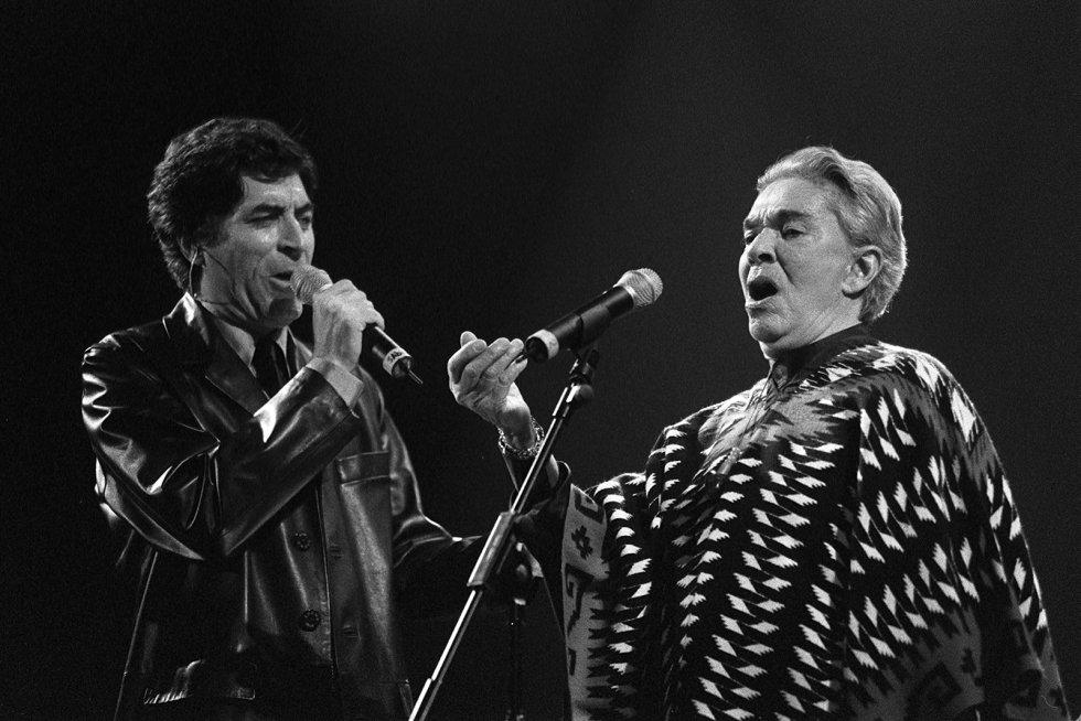 """Si hay una persona que ha marcado la vida de Joaquín Sabina esa es, sin lugar a dudas, Chavela Vargas. La cantante mexicana falleció el 2 de agosto de 2005 y Sabina la recordaba de la siguiente manera en una pieza publicada en este diario: """"Será difícil, por ejemplo, olvidar cómo la conocí. Fue una noche de hace unos veinte años, en Madrid, en la sala Morasol. Dijo: """"Yo vivo en el bulevar de los sueños rotos"""". Y yo tuve que escribirle una canción con esa frase"""". En la imagen un concierto homenaje al músico compositor y cantante mexicano José Alfredo Jiménez, en Madrid. En la imagen, Sabina y Chavela Vargas, en 1998."""