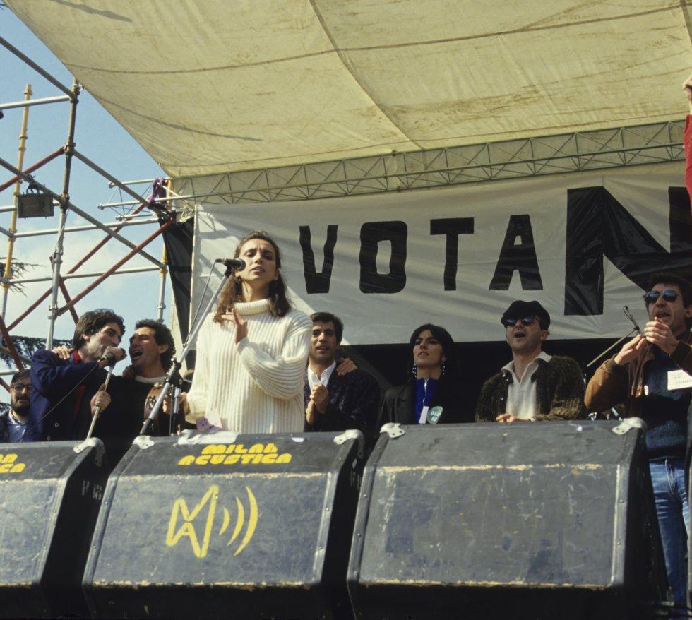 Durante su juventud el cantante de Úbeda se ha posicionado políticamente en numerosas ocasiones, una de las primeras fue cuando participó en el concierto celebrado en Madrid en 1986 para pedir el 'No' en el referéndum de adhesión de España a la OTAN. En la imagen, el cantante en segundo plano junto a Miguel Ríos en pleno concierto.