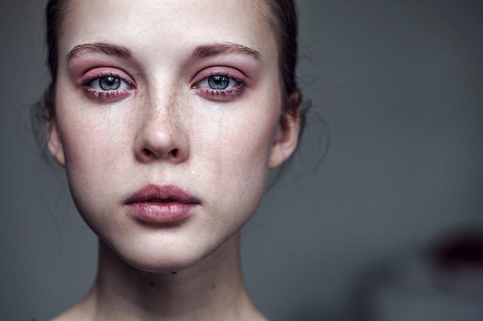"""""""Los adolescentes  experimentan muchos cambios fisiológicos, psicológicos y sociales """", comenta Marina. """"Se les amontonan sus tareas evolutivas. No solo tienen alteraciones de humor endógenas, sino también las producidas por sus relaciones sociales. Son muy vulnerables a las opiniones de los demás, están intentando encontrar su identidad, con frecuencia no se comprenden, se dan cuenta de que cambian mucho dependiendo de con quién se relacionan. Y para los padres estos cambios suelen ser conflictivos"""".   Portilla da una explicación neurológica: """" La falta de maduración de la corteza prefrontal  (necesaria en la capacidad para controlar los impulsos) y la falta de sueño habitual en la adolescencia"""" son también culpables de estos cambios en su humor.    Consejo:  Los padres, según Marina, deben tratar de """"comprender los sentimientos de sus hijos y demostrarles que los entienden; pero, eso sí, ayudarles a distinguir que una cosa son los sentimientos y otra el comportamiento, y que los primeros muchas veces no podemos controlarlos, pero los actos sí""""."""