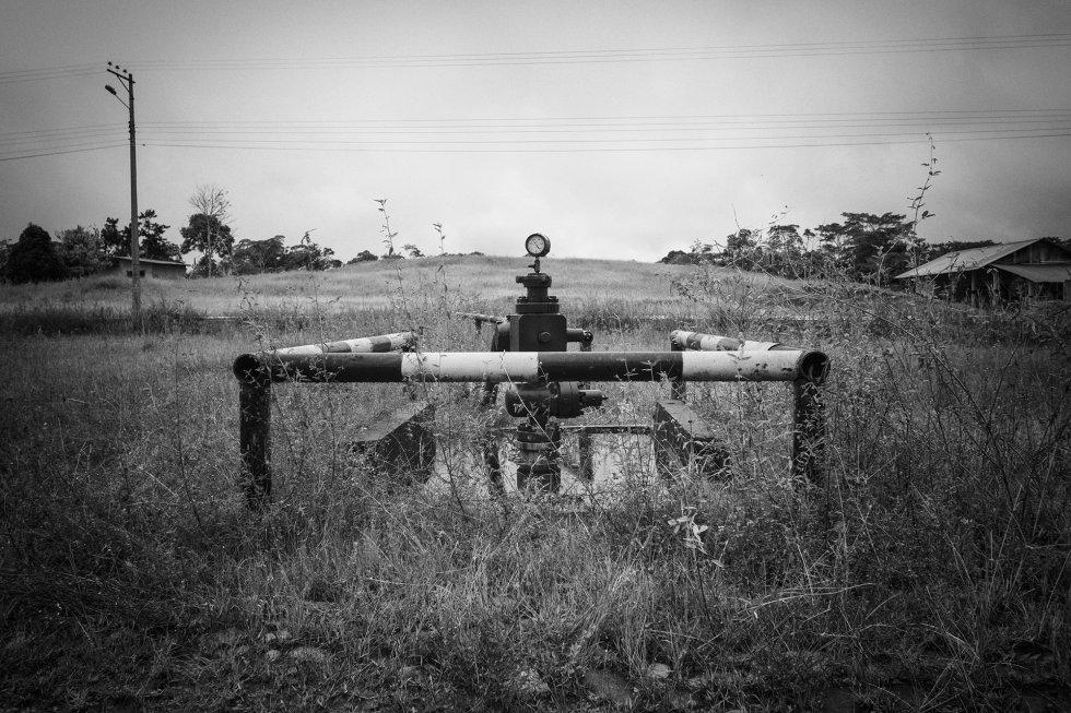 Não se vê o petróleo. Somente sua infraestrutura aparece de vez em quando na paisagem da região. Como essa tubulação e o fechamento de válvulas que anunciam o poço número 20 da Texaco, na periferia da cidade de Lago Agrio, na província de Sucumbíos, nordeste do Equador. A Texaco operou na região até 1992.