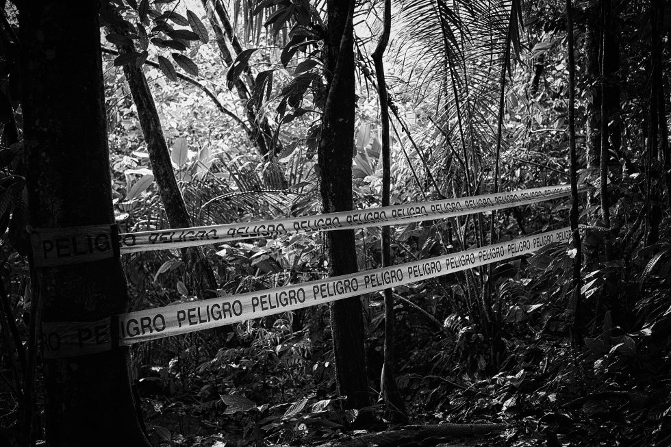 Essas barreiras de plástico delimitam as áreas da Amazônia altamente poluídas. De acordo com a União de Afetados pela Texaco (UDAPT), os derramamentos na região são um dos mais graves desastres petrolíferos da história, 30 vezes maior do que o derramamento do petroleiro Exxon Valdez. A batalha legal não acabou.