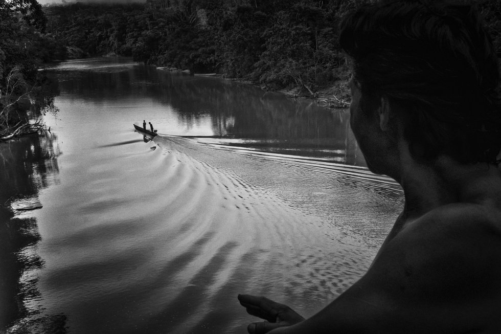 Uma lancha viaja pelo rio Bobonaza, bem próximo ao território da comunidade de Sarayaku, na mais profunda selva amazônica. O rio é o único acesso para chegar a essa região do Equador. Antes é preciso percorrer 50 quilômetros em um jipe por caminhos sem asfalto e depois é preciso navegar outras quatro horas em pequenas lanchas quando o rio permite. Os sarayakus sempre se opuseram à construção de uma estrada para evitar o desmatamento e manter o controle do território.