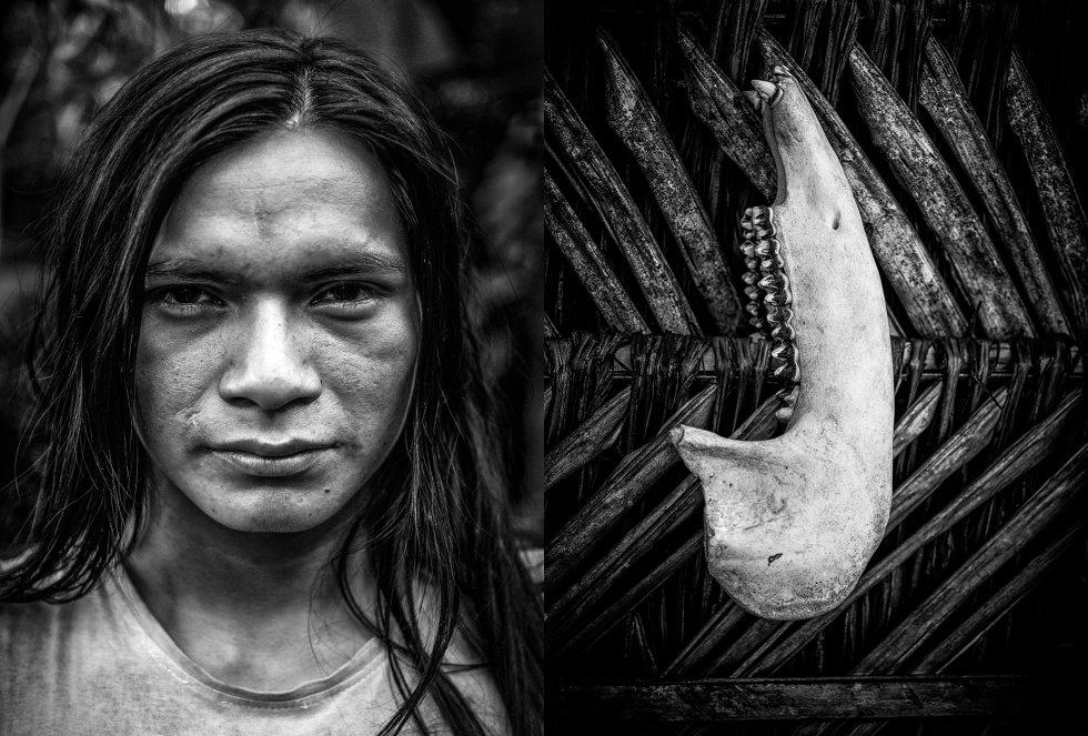 À esquerda, Javier Ushigua, de 20 anos, presidente da comunidade de Yaku Runa, na mesma província de Pastaza. O coletivo é formado por 30 pessoas de quatro nacionalidades indígenas, e renunciou ao uso de eletricidade para preservar a cultura amazônica. À direita, mandíbula de anta em uma cabana dos sáparas em Pastaza, na Amazônia Norte.