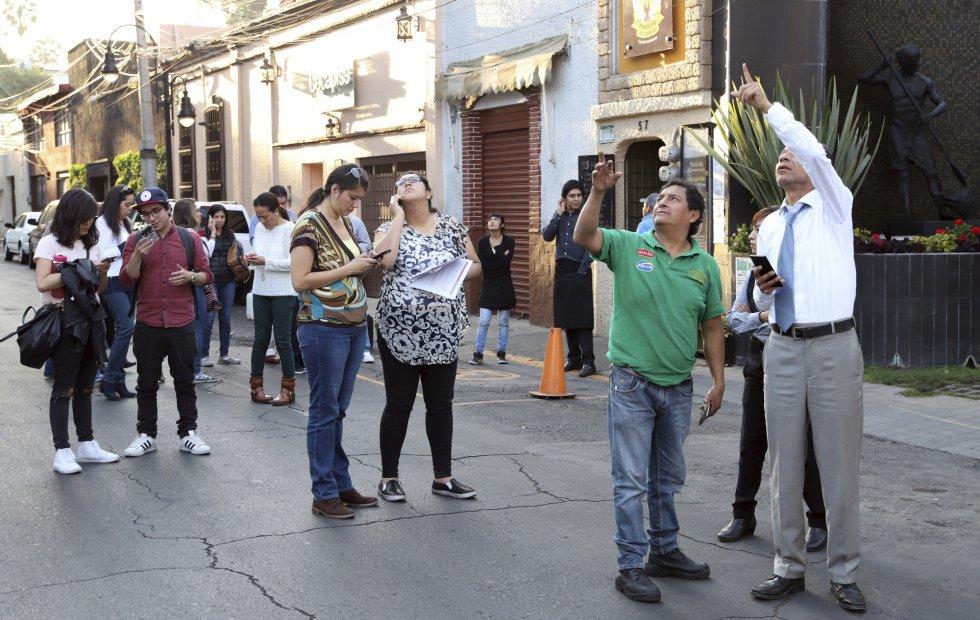 La gente se para en la calle después del terremoto que ha sacudido México.