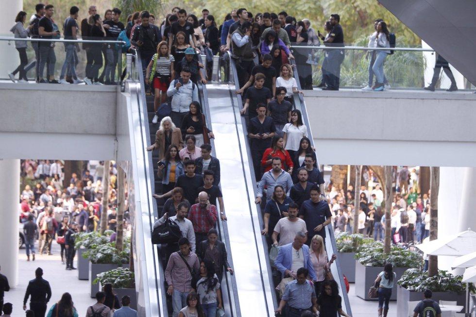 Personas desalojan un centro comercial tras el sismo registrado en Ciudad de México.