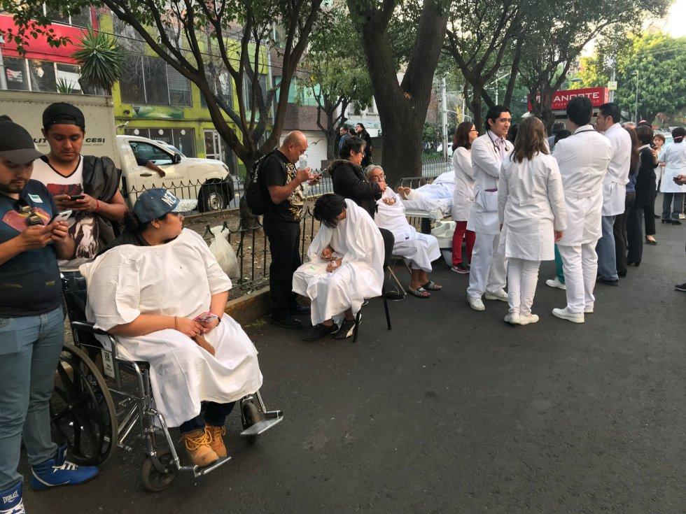 Tras la alerta sísmica se activaron todos los protocolos y se estableció comunicación con los estados en los que el sismo fue percibido. Enfermos a las puertas de un hostpital en México City.