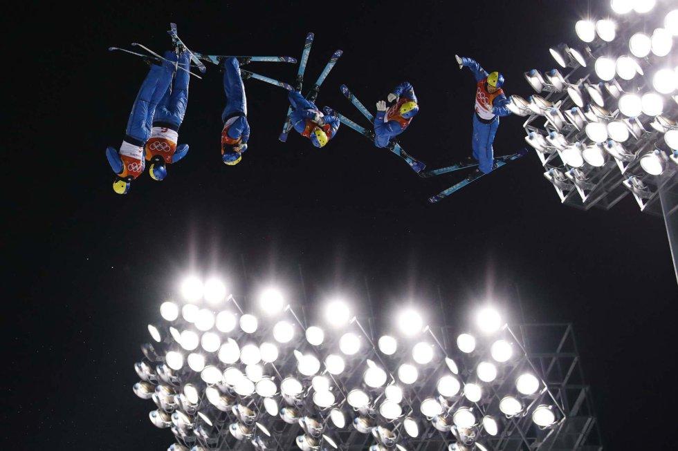 Fotografía de exposición múltiple del ucraniano Oleksandr Abramenko durante la sesión de entrenamiento de la prueba de esquí acrobático, celebrada en el Centro de Nieve Phoenix de Pyeongchang, el 18 de febrero.