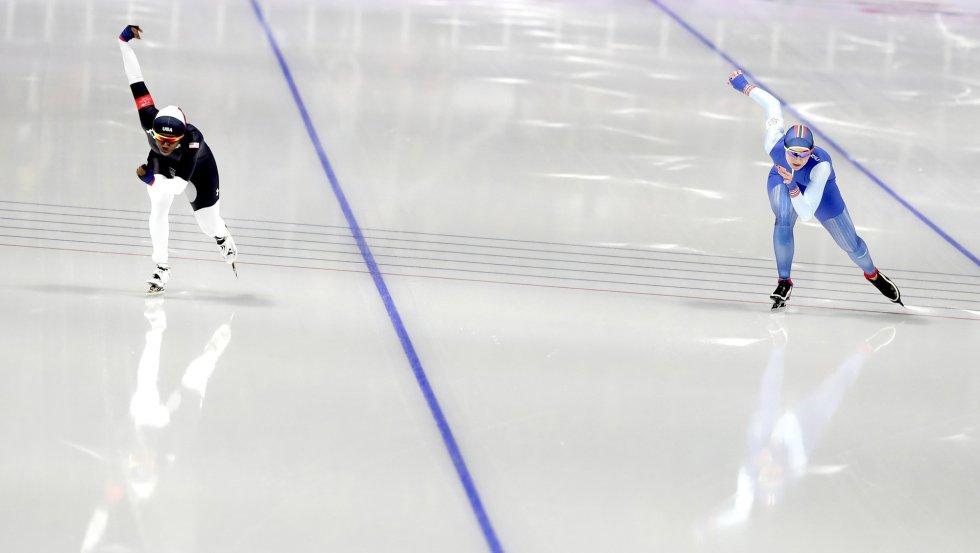 Erin Jackson, de Estados Unidos, y Ida Njatun, de Noruega, compiten en la prueba de velocidad 500 metros femenino diputada en el Gangneung Oval, el 18 de febrero.