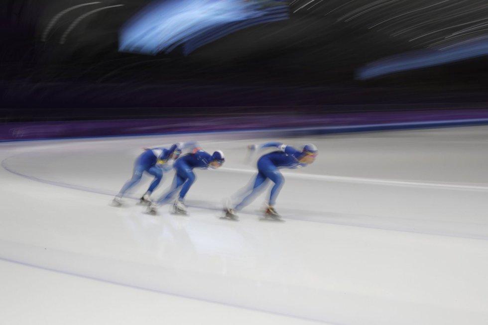 Los integrantes surcoreanos de velocidad participan en la prueba de persecución por equipos masculino celebrado en el Gangneung Oval, el 18 de febrero.