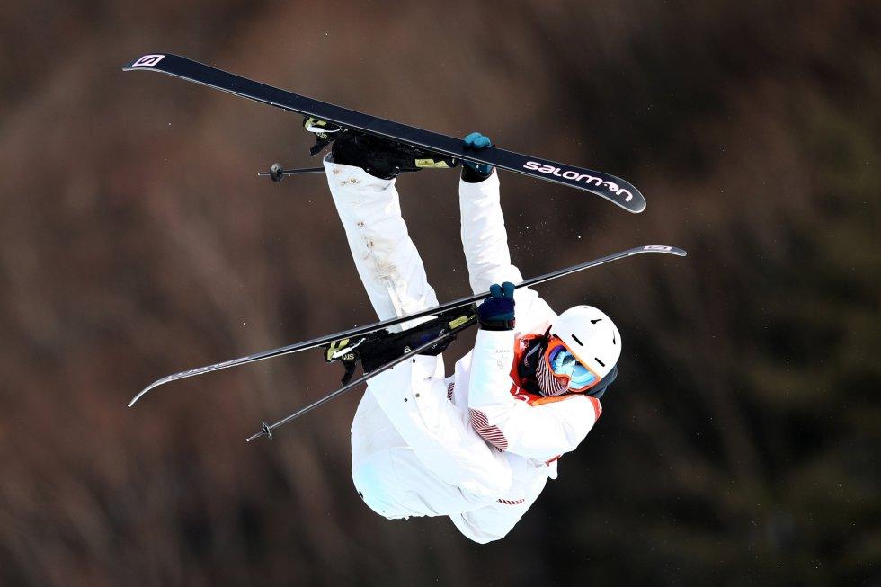 Detalle del salto del deportista francés Antoine Adelisse en la prueba de clasificación de esquí acrobático disputado en el Parque de Nieve de Phoenix, el 18 de febrero.