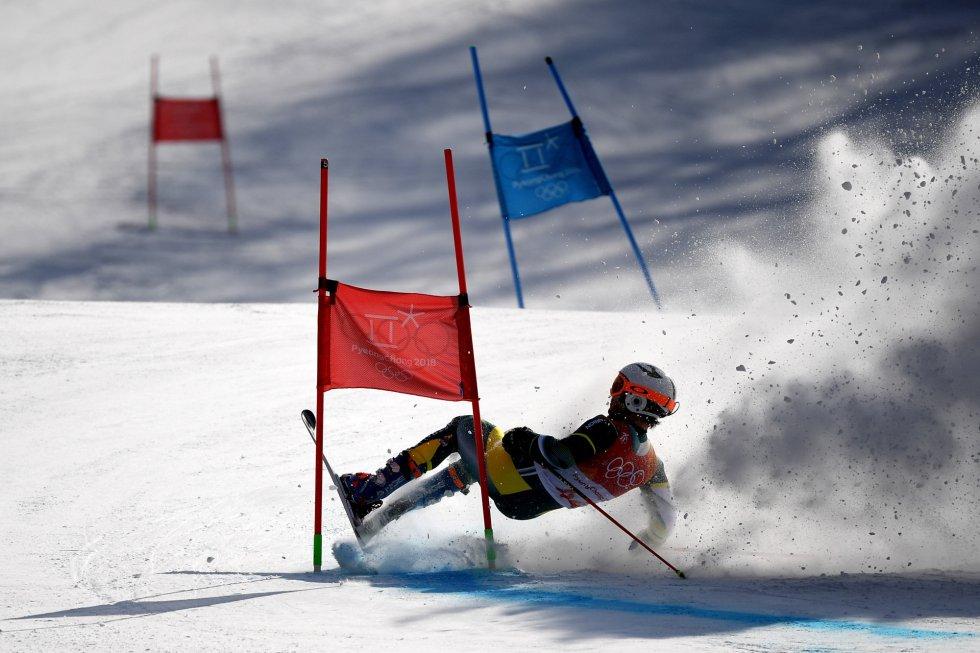 Harry Laidlaw, de Australia, cae al suelo durante el slalom gigante de esquí alpino masculino, el 18 de febrero.