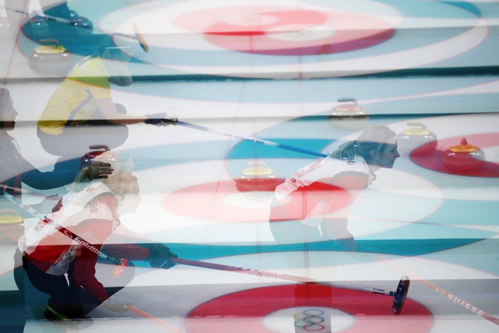 Fotografía de exposición múltiple de la suiza Silvana Tirinzoni durante el partido de curling entre Suiza y Canadá, el 18 de febrero.