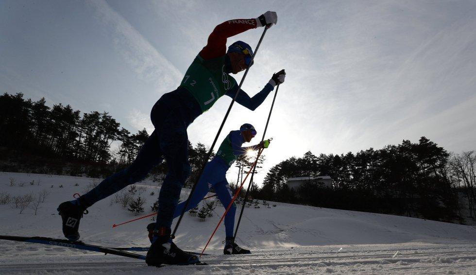 Maurice Manificat (izquierda), de Francia, y Francesco di Fabiani (derecha), en la carrera de esquí de fondo 4 x 10 kilómetros, el 18 de febrero.