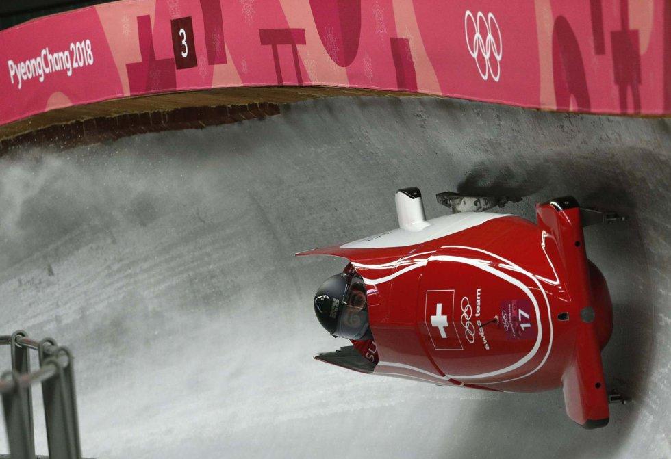 Clemens Bracher y Michael Kuonen de Suiza toman una curva de la prueba de bobsleigh por parejas, el 18 de febrero.
