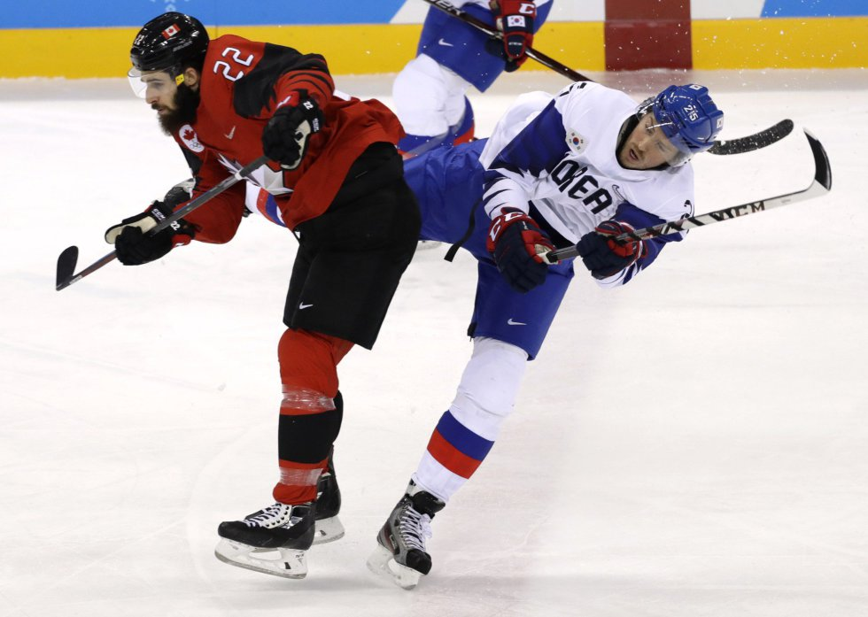 Eric O'Dell, de Canadá, y Brock Radunske, de Corea del Sur, en la ronda preliminar de hockey hielo celebrado el 18 de febrero.