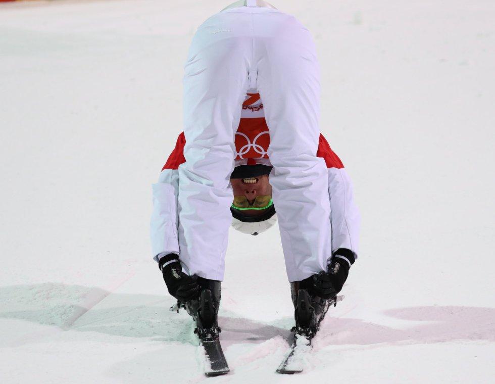El deportista chino Zongyang Jia estira después de participar en la final de esquí acrobático, el 18 de febrero.