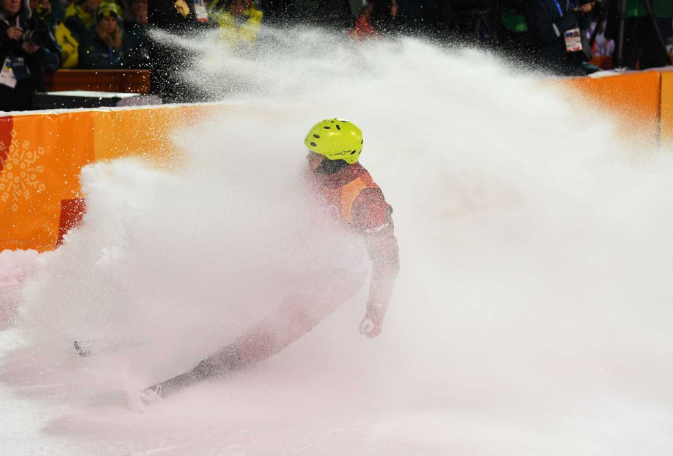El atleta olímpico ruso Ilia Burov frena al finalizar la prueba de esquí acrobático, el 18 de febrero.