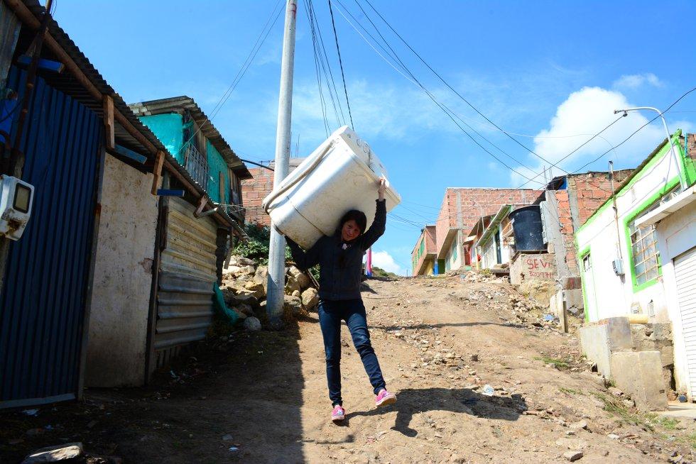 Para sacar a su familia adelante, comenzó un pequeño negocio que consistía en alquilar su lavadora a los vecinos. La llevaba a domicilio por 2.000 pesos (algo más de medio euro) la hora. rn