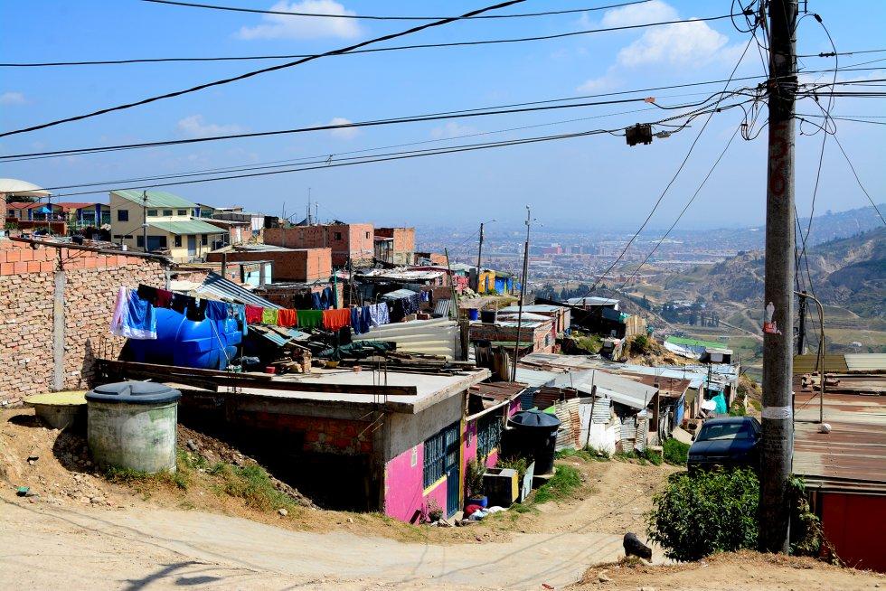 En Soacha la mayoría de las casas son infraviviendas. A este barrio no llega el agua corriente, se abastece de camiones cisterna.rn