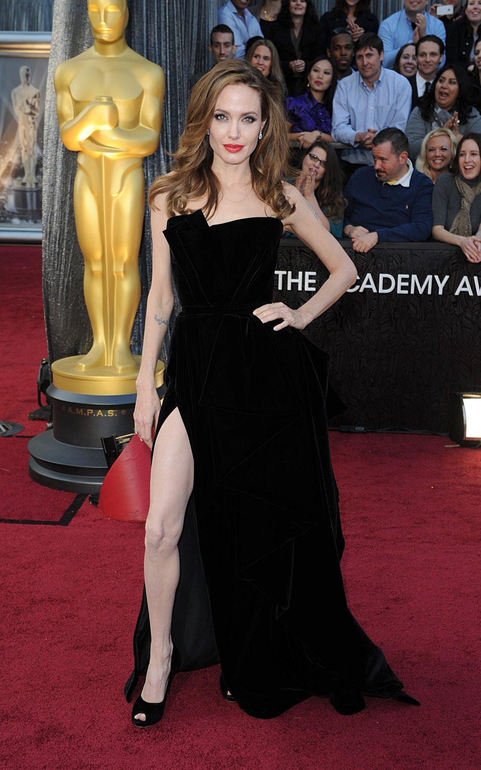 Angelina Jolie, con un diseño de Atelier de Versace, en los Oscar de 2012. El modelo se hizo famoso por su abertura en la pierna.