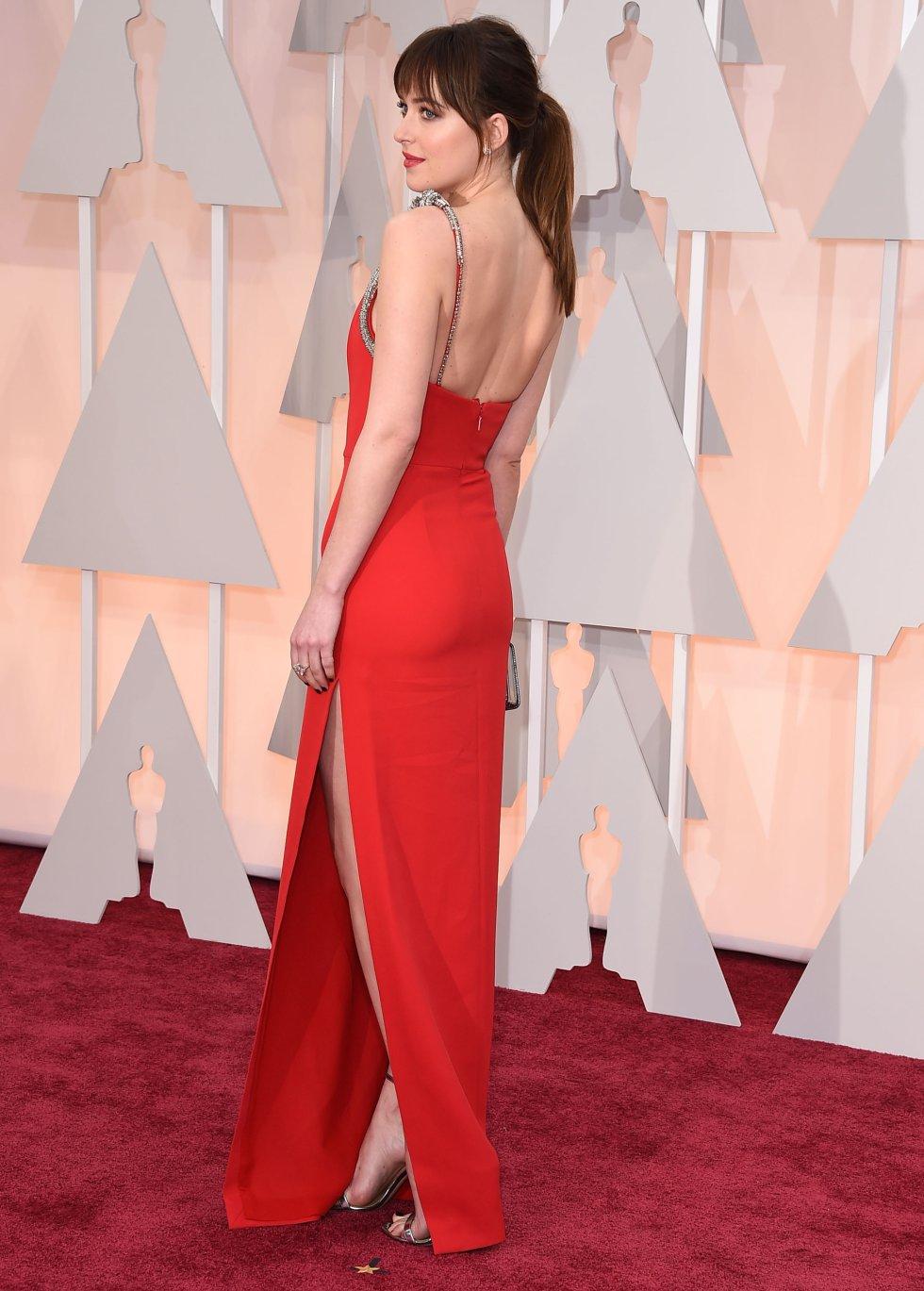 La protagonista de 'Cincuenta Sombras de Grey', Dakota Johnson con un diseño rojo de Dior.