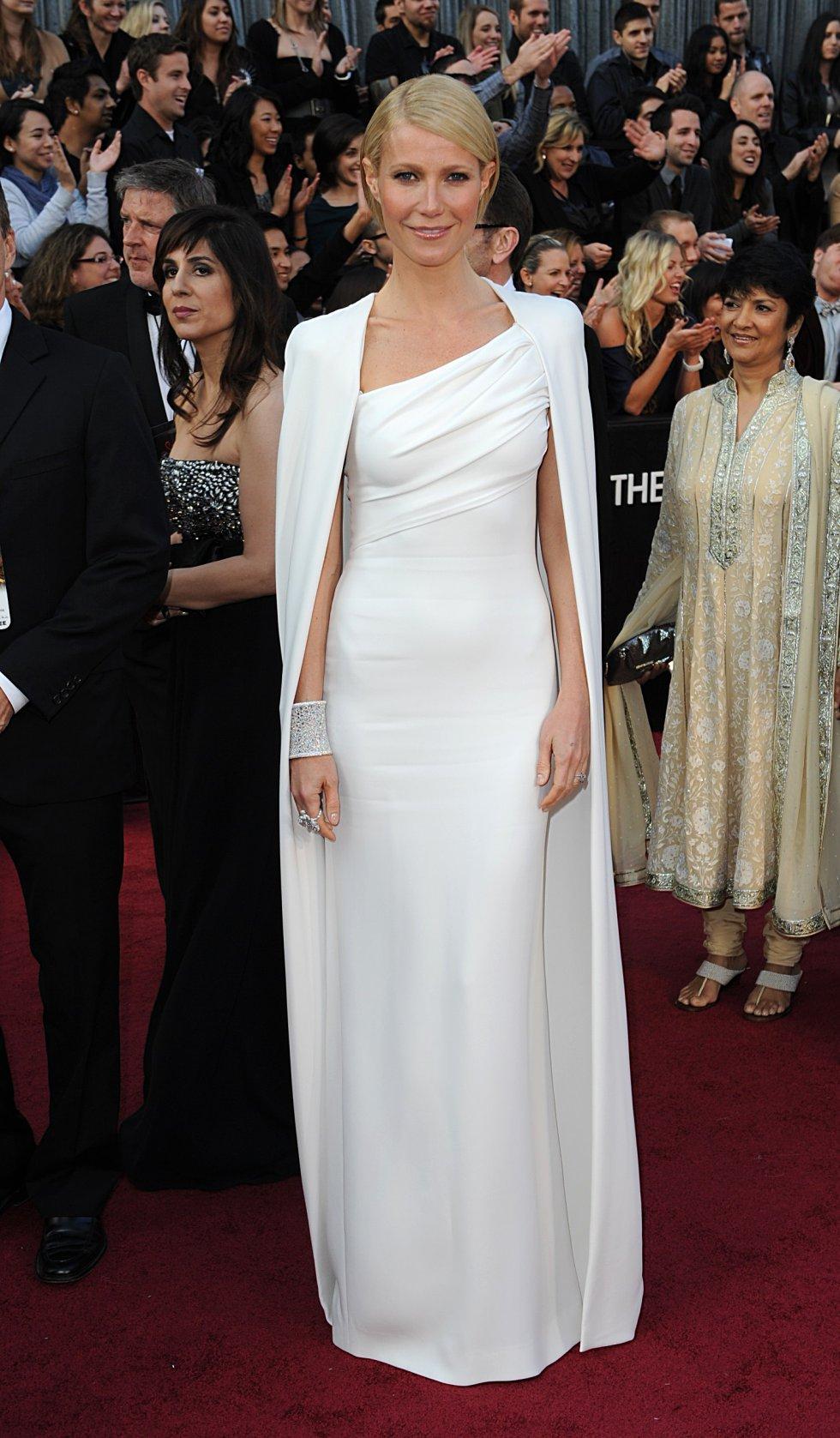 Uno de los diseños más elegantes llevados por Gwyneth Paltrow fue este traje blanco con capa de Tom Ford, en 2012.