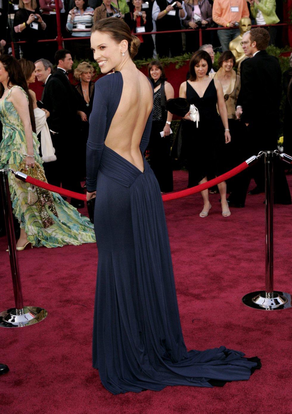 Hillary Swank, en los Oscar de 2005 apostó por un diseño azul marino con la espalda descubierta de Guy Laroche. Fue un éxito.