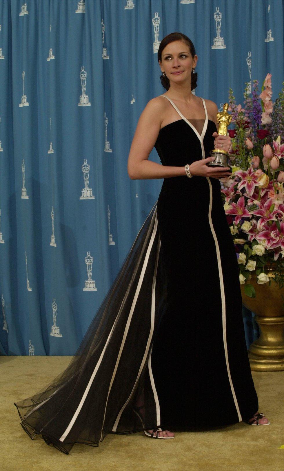 Julia Roberts, con un vestido de Valentino en 2001, un modelo que se ha convertido en uno de más icónicos de la gala del cine estadounidense. Roberts ganó ese año el Oscar con 'Erin Brockovich'.