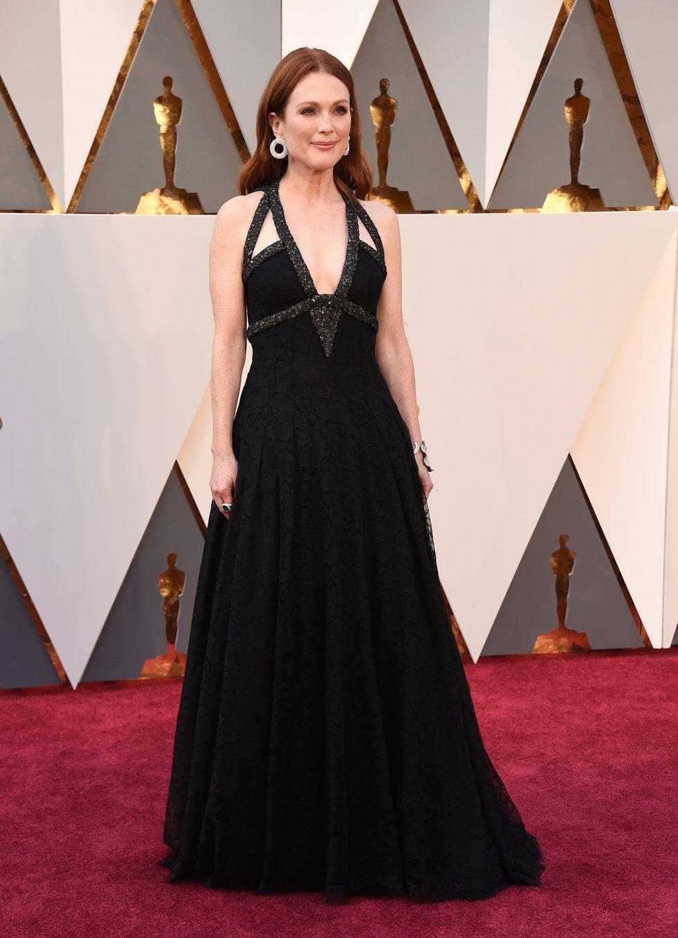 Julianne Moore, en la alfombra roja de 2016 con un vestido negro con escote de pedrería de alta costura de Channel. La actriz siempre es una de las más elegantes.